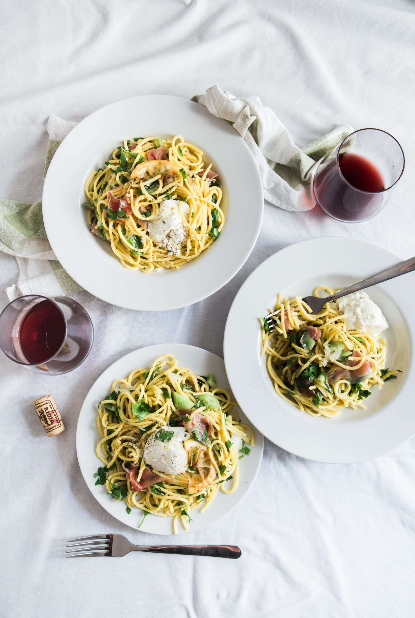 Typical Italian dishes such as spaghetti and pasta with red wine.